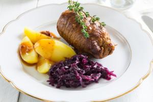Rouladen vom Rind mit Kartoffeln und Rotkohl.